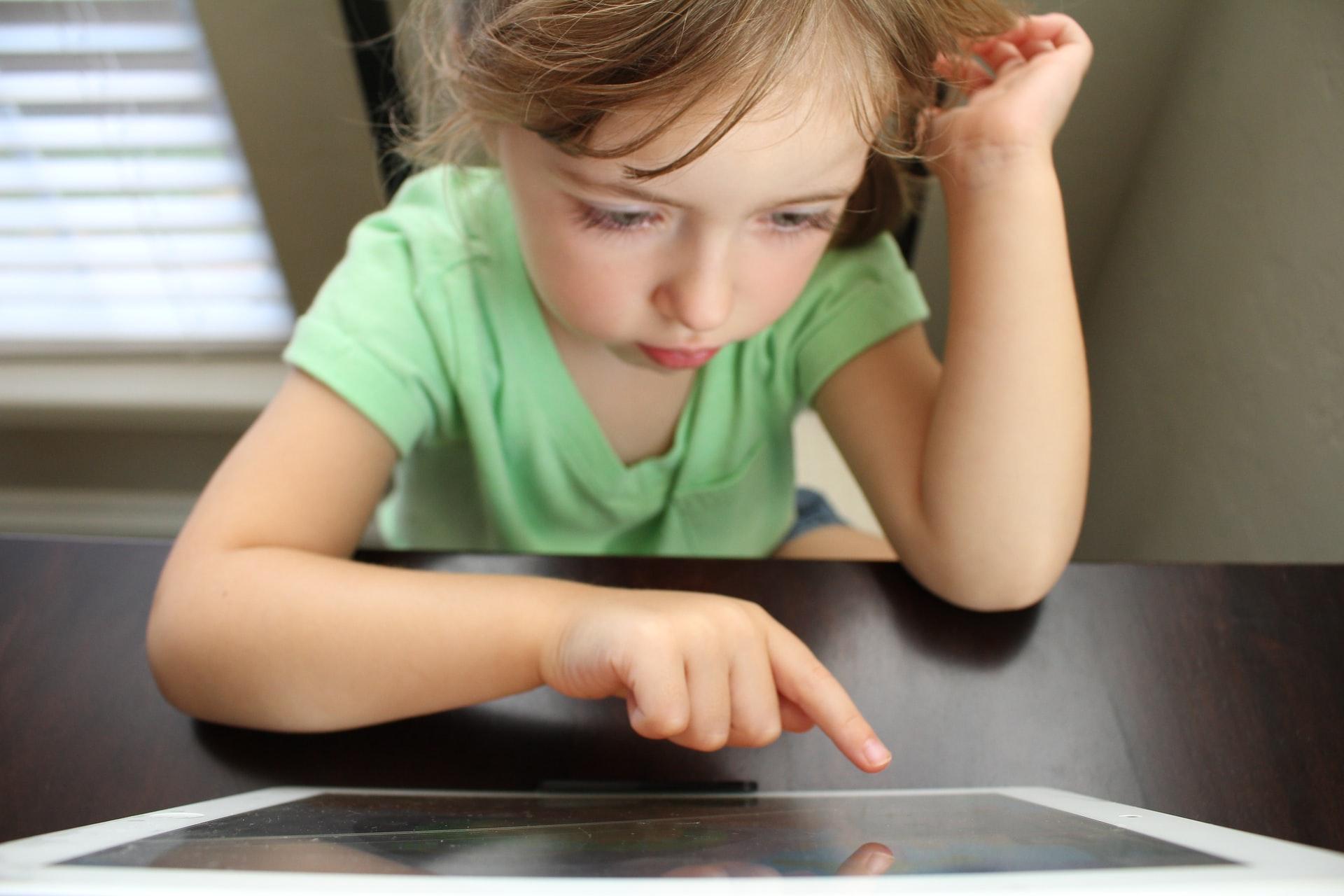 タブレットで学習する女の子