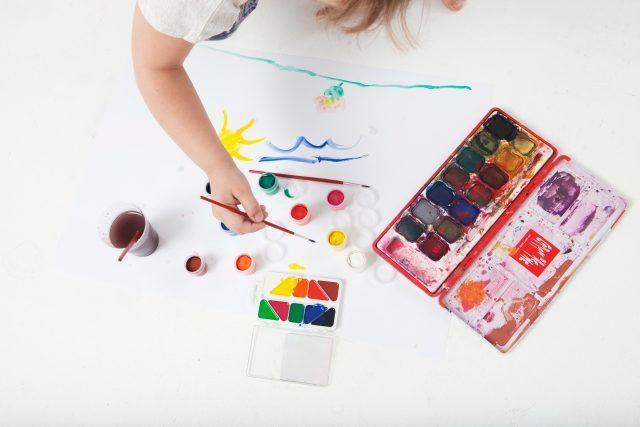 絵の具で絵をかく子供