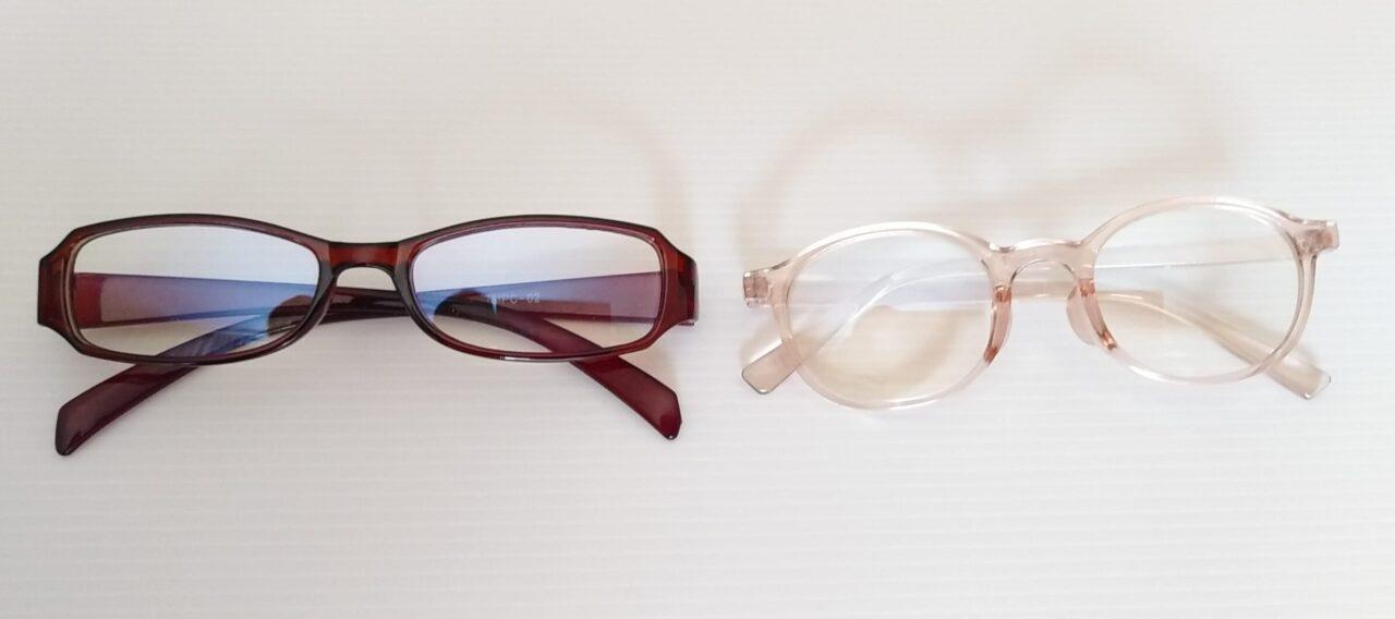 キャンドゥの大人用ブルーライトカットメガネるとダイソーの子供用(写真右・ピンク)のレンズ比較