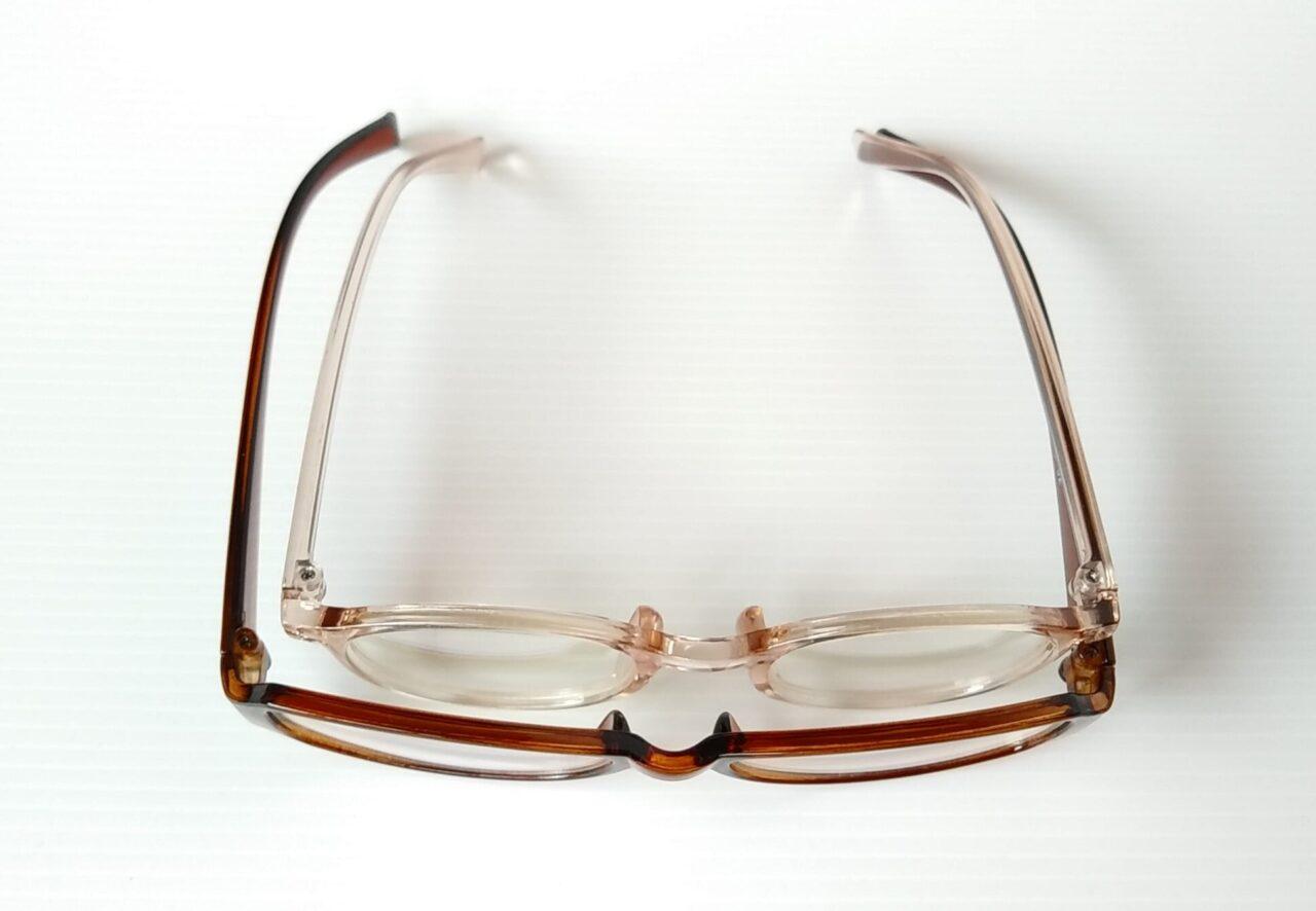 キャンドゥの大人用ブルーライトカットメガネと、ダイソーの子供用ブルーライトカットメガネの横幅の比較